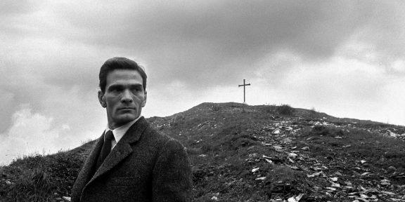 """Pier Paolo Pasolini al """"monte dei cocci"""", Roma, 1960 foto Paolo Di Paolo © Archivio Paolo Di Paolo (foto n.14 courtesy Collezione Fotografia MAXXI)"""
