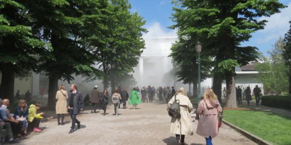 Padiglione delle Esposizioni, Giardini Lara Favaretto, Thinking Head, 2017-2019, 2019 Impianto fog scenografico: acqua pura, ugelli ultrasottili, tubi fog, centraline di pompaggio, comando remoto