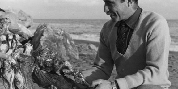 Lucio Fontana con una sua ceramica ad Albisola