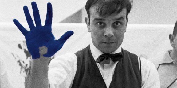 """Ritratto di Yves Klein durante le riprese del film """"The Heartbeat of France"""" di Peter Morley, 1961. Fotografia e © di Charles Wilp/BPK, Berlino. Courtesy Studio Charles Wilp, Düsseldorf e Archivio Yves Klein."""