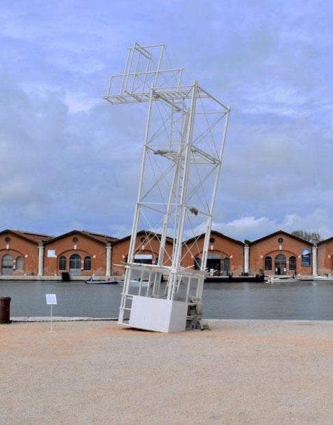 Ludovica Carbotta, Monowe (The terminal outpost), 2017 installazione, torre di avvistamento girata sottosopra, materiali vari