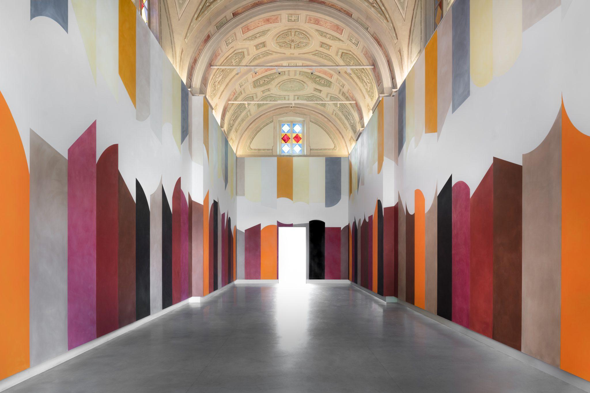 Colonne di colore in ambiente monastico. David Tremlett torna nelle langhe con un nuovo Wall Drawing