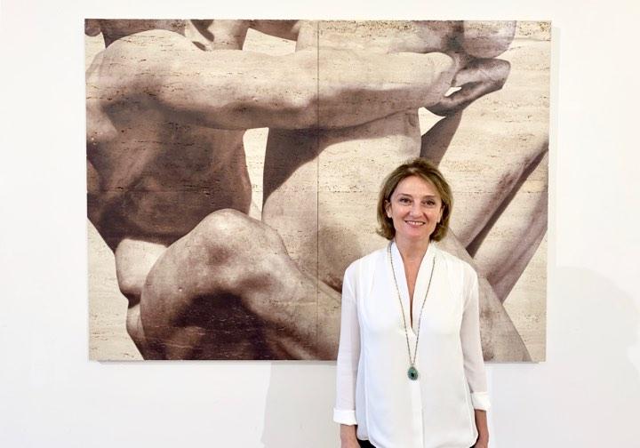 Fascinazione e disinganno. Le favole materiche di Elisa Sighicelli tra Pietròfori e Rasomanti, la mostra a Napoli