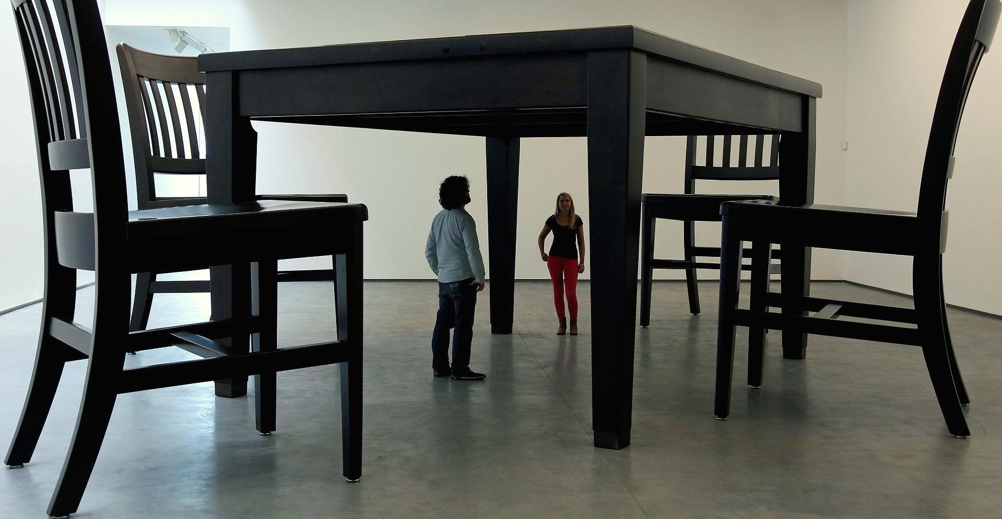 Morto a 71 anni Robert Therrien, l'artista dei mobili giganti
