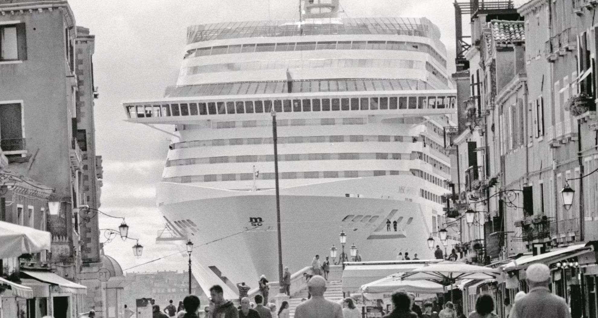 Cazzeggio italiota. Adesso tutti vogliono le navi da crociera fuori da Venezia. Ma nessuno fa niente
