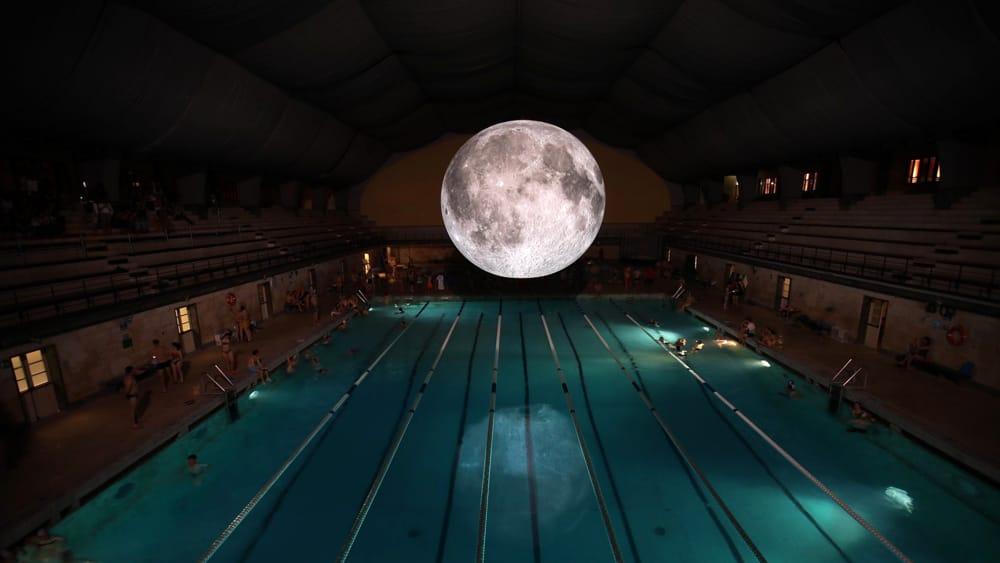 """VIDEO. """"Quel che è fantastico della Luna è che rispecchia la cultura di ogni popolo"""". Luke Jerram racconta la sua Luna gigante alla piscina Cozzi di Milano"""