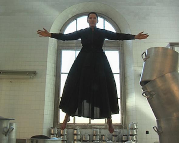 marina abramovic in levitazione