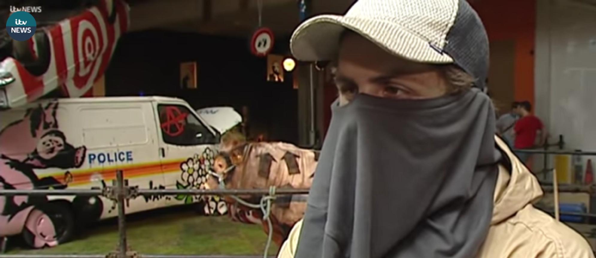 Uomo mascherato che potrebbe essere Banksy