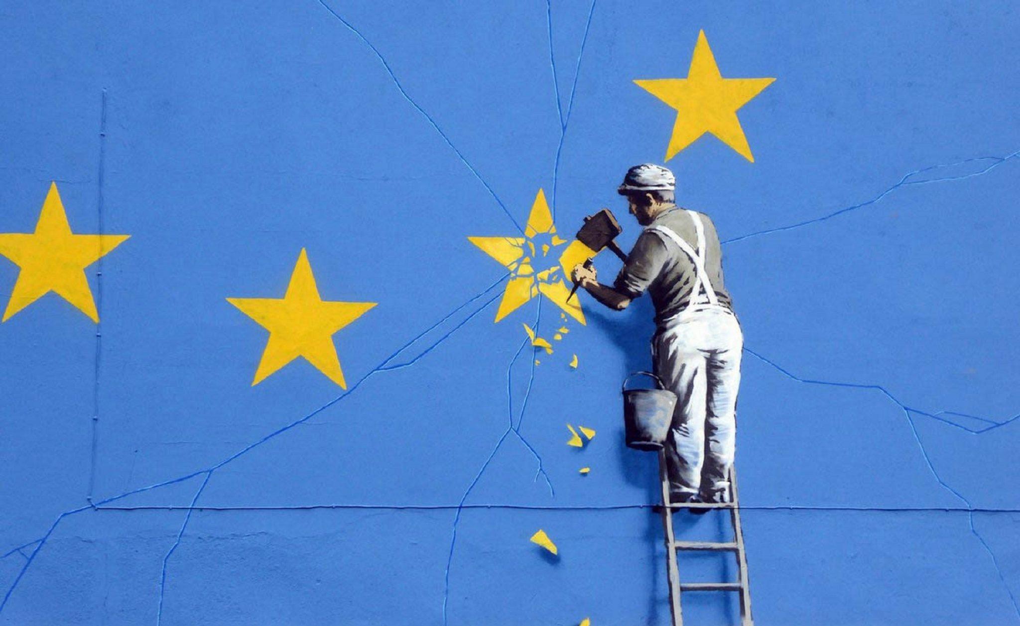 Un operaio rimuove una stella nella bandiera euroepa