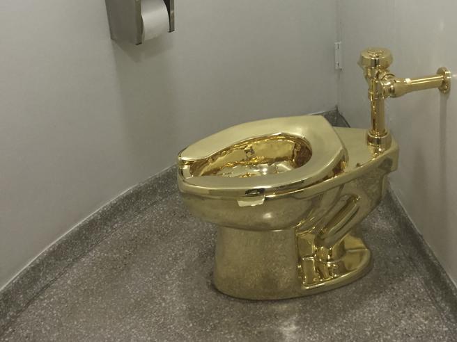Il cesso d'oro 18 carati di Cattelan è stato rubato. Forse sperano sia come la gallina