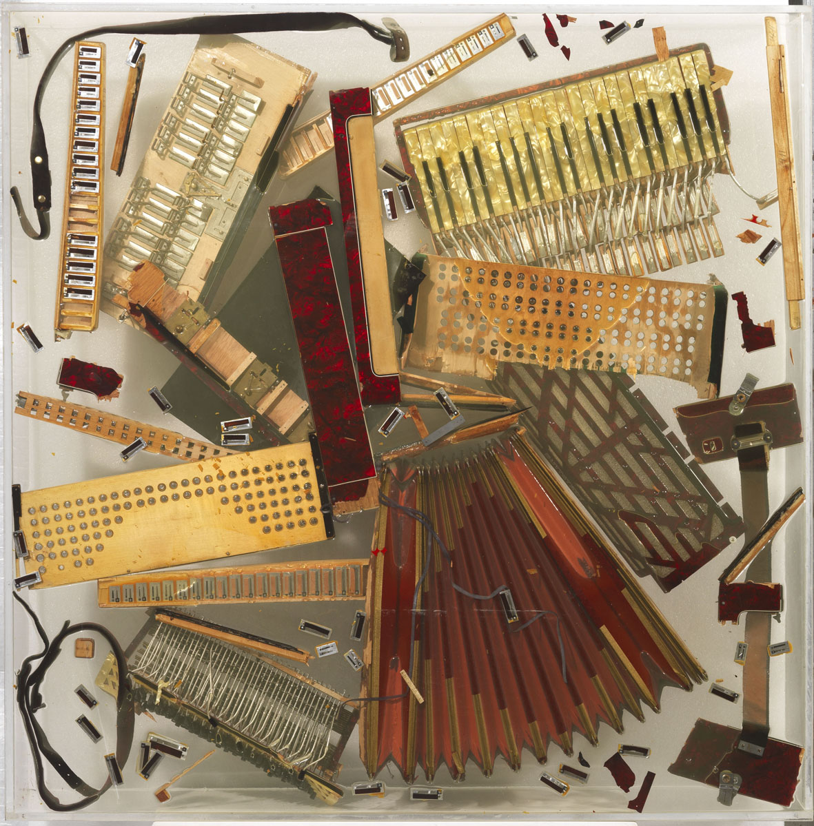 Arman, Sans titre, 1971 ca, fisarmonica frammentata nel plexiglas, cm 120x120x20