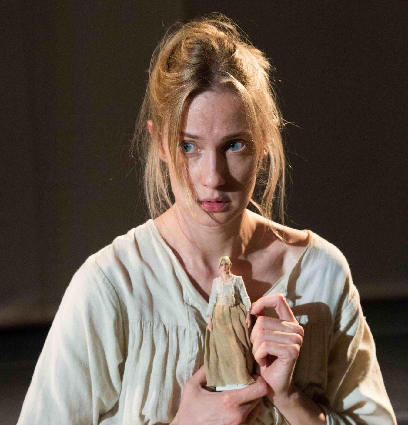 Eva Riccobono protagonista di Coltelli nelle Galline, in scena al Franco Parenti
