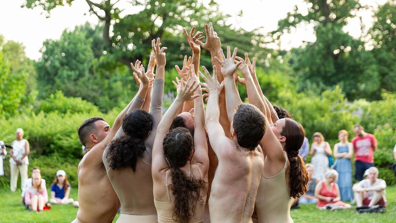 Danza per l'ambiente. I movimenti del corpo rappresentano l'effetto dei cambiamenti climatici