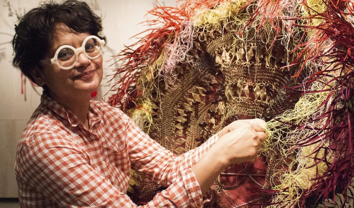 Rina Banerjee. Visita alla studio della regina del realismo fantastico