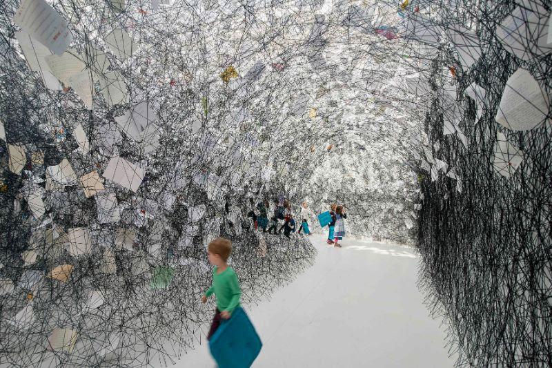 Chiharu Shiota, Letters of Thanks, 2017. Installazione: lettere di ringraziamento, lana nera. Kunsthalle Rostock, Germania. Foto di Thomas Häntzschel (Fotoagentur Nordlicht), Rostock. Copyright VG Bild-Kunst, Bonn, 2019 e l'artista.