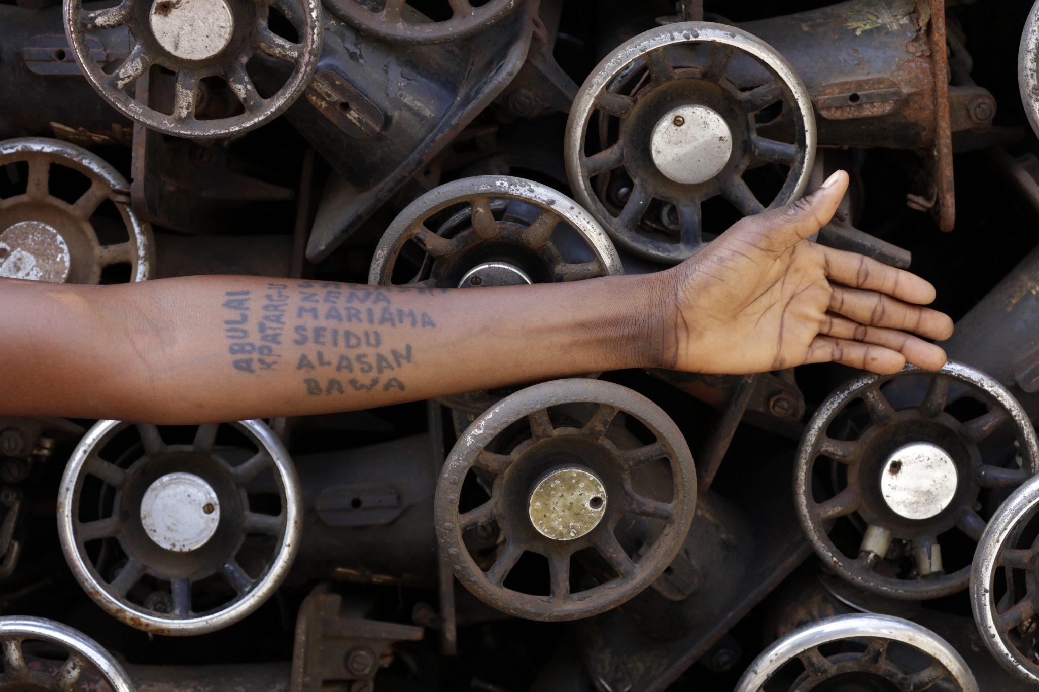 Le tracce infernali dello sviluppo. La mostra di Ibrahim Mahama a Roma