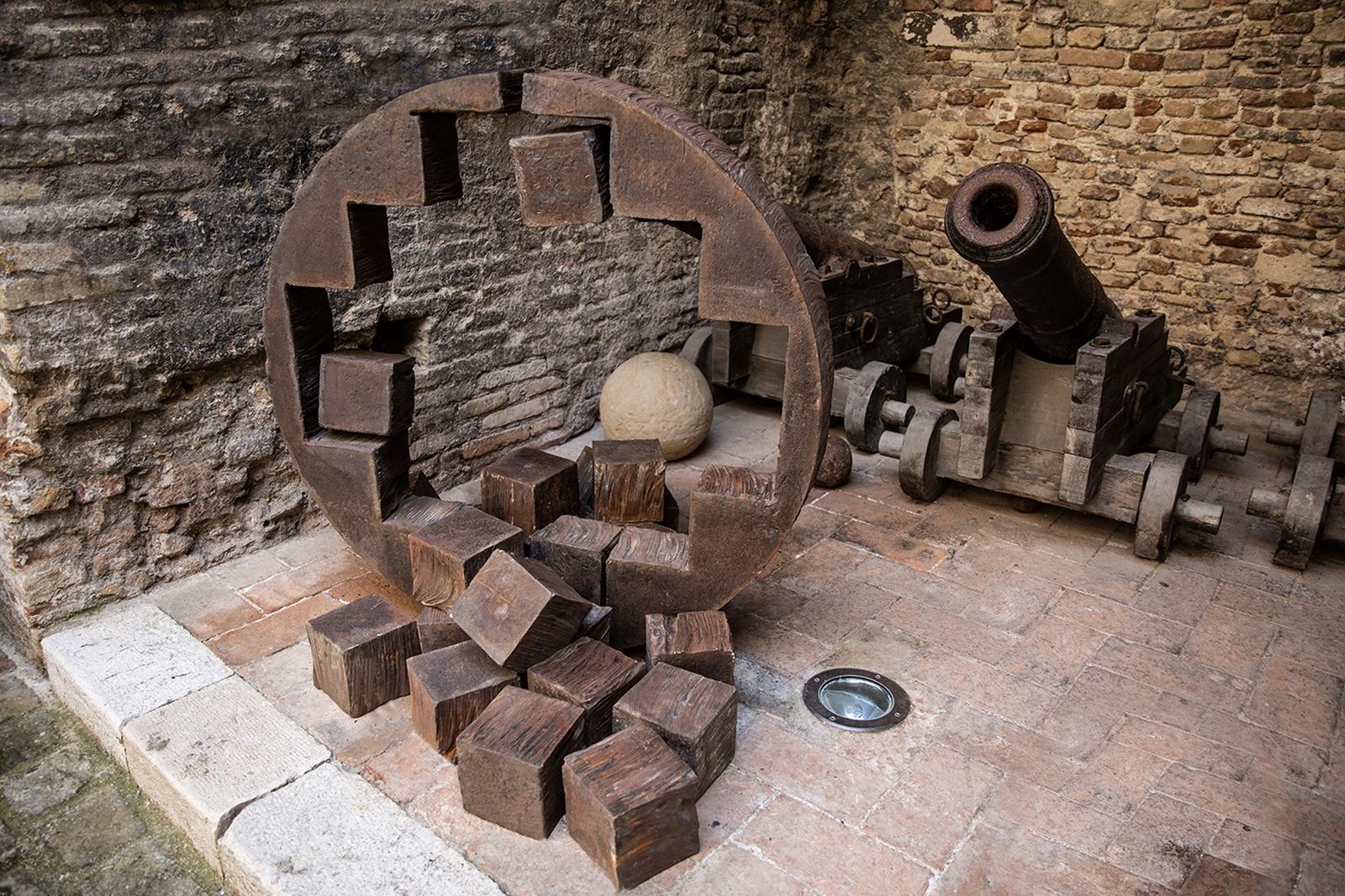 Tra terra e luce. Brilla la materia alla Rocca di Senigallia, la mostra e il prezioso catalogo