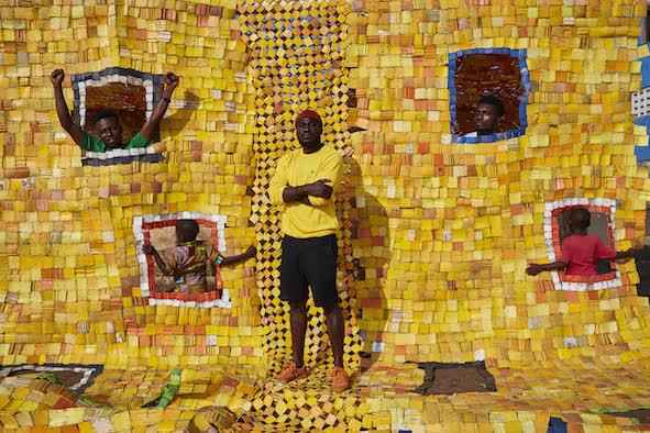 Le sfide degli artisti africani contemporanei. Serge Attukwei Clottey in mostra a Milano