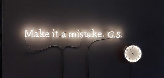 Existential Time. La riflessione sul tempo di Joseph Kosuth in mostra a Milano