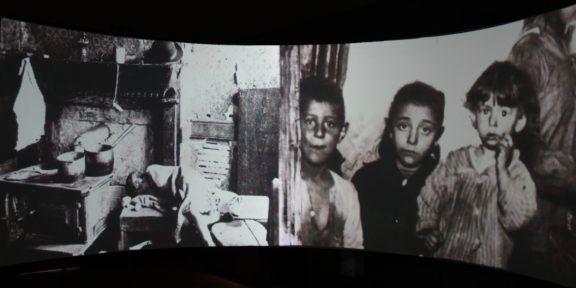 All'interno della proiezione a 270 gradi, situazione migratoria a partire dal 1870, ritratti di persone che hanno lasciato gli appennini e raccontano le loro storie, MES, 2019, Piacenza