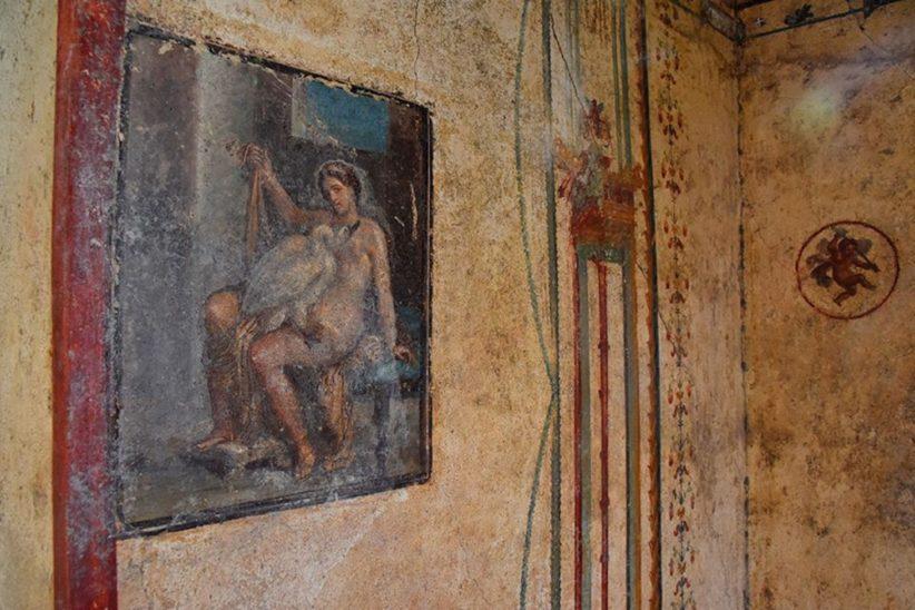 Una parete affrescata della Domus 'Leda e il cigno'