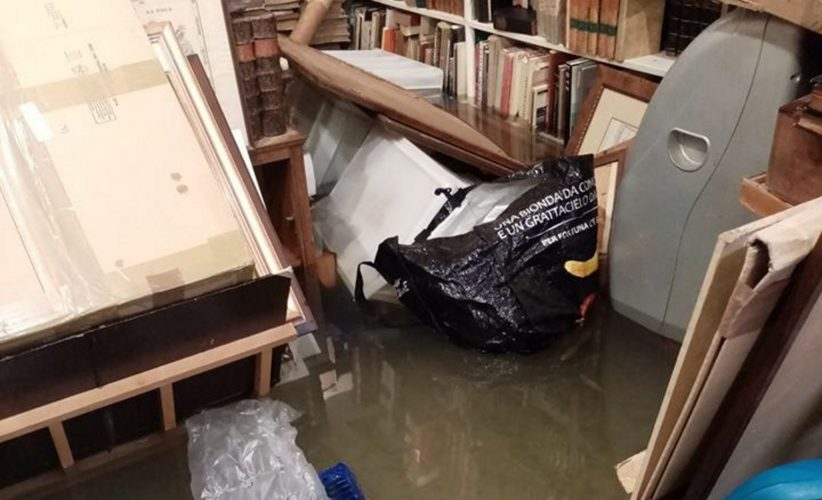 La libreria Segni nel Tempo invasa dall'acqua alta