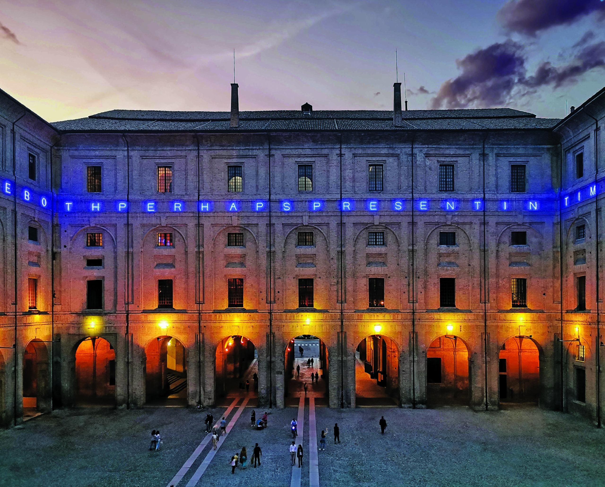 Scintille di neon blu: la rinascita della Pilotta di Parma attraverso l'opera di Maurizio Nannucci