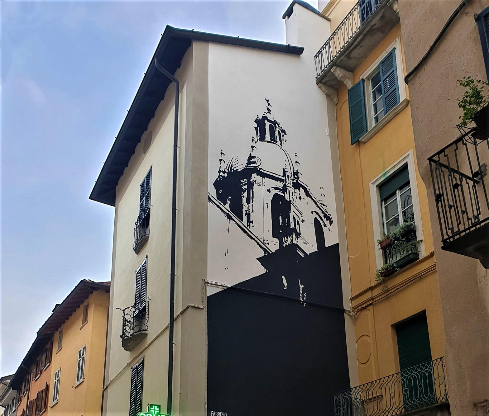 Guardare la cupola barocca del Duomo in uno specchio, che murales a Como!