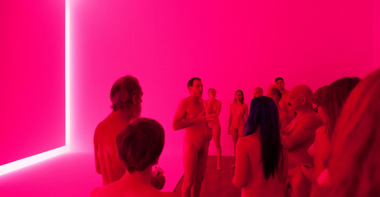 A Milano tutti rigorosamente nudi al museo. La visita guidata naturista di Stuart Ringholt al PAC
