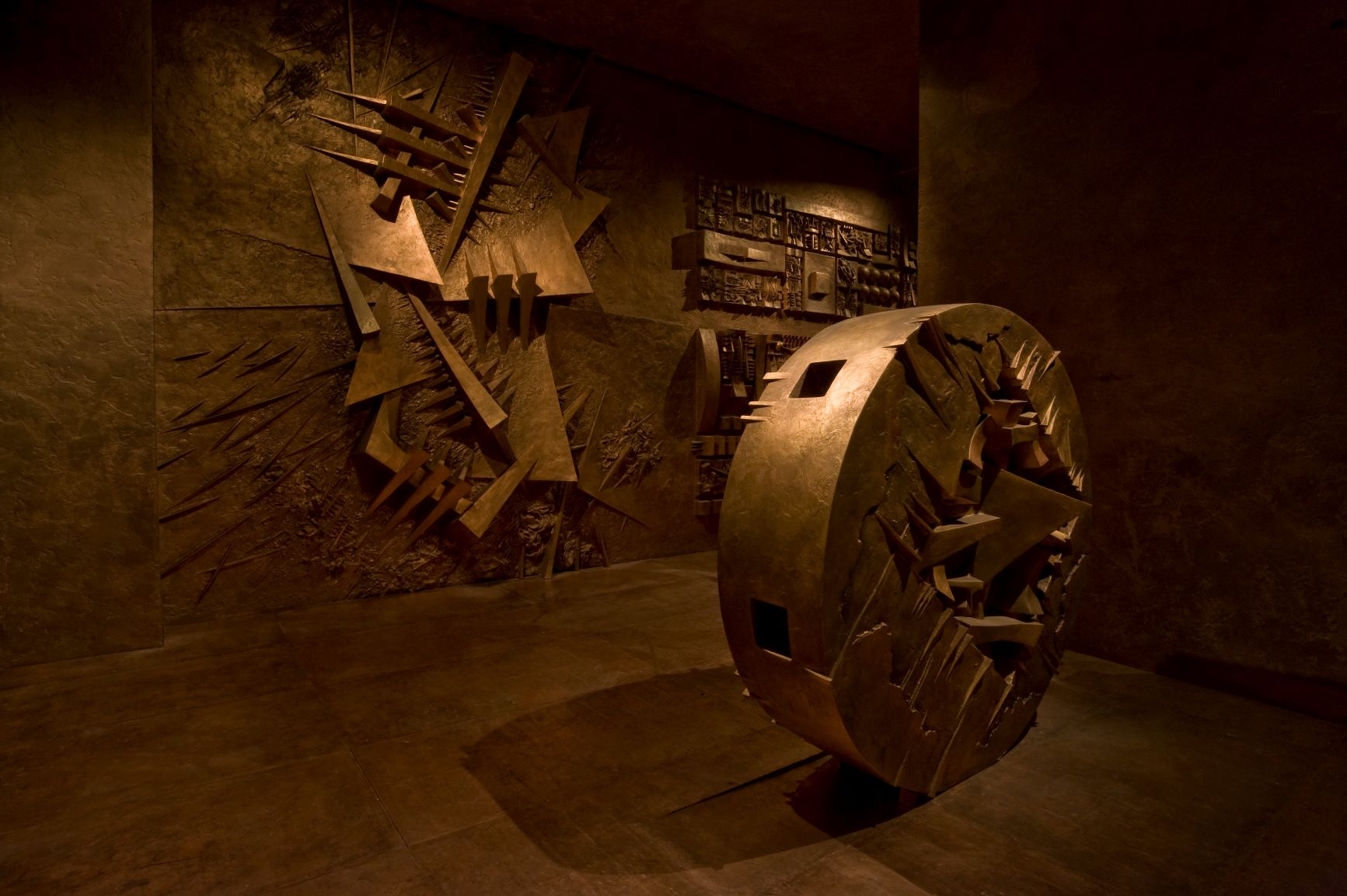 Dentro le viscere del Labirinto di Pomodoro, alla scoperta di uno dei luoghi più affascinanti di Milano