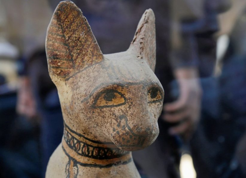Particolare del volto di una statuetta di gatto in legno dipinto. Fotografia Hayam Adei Reuters