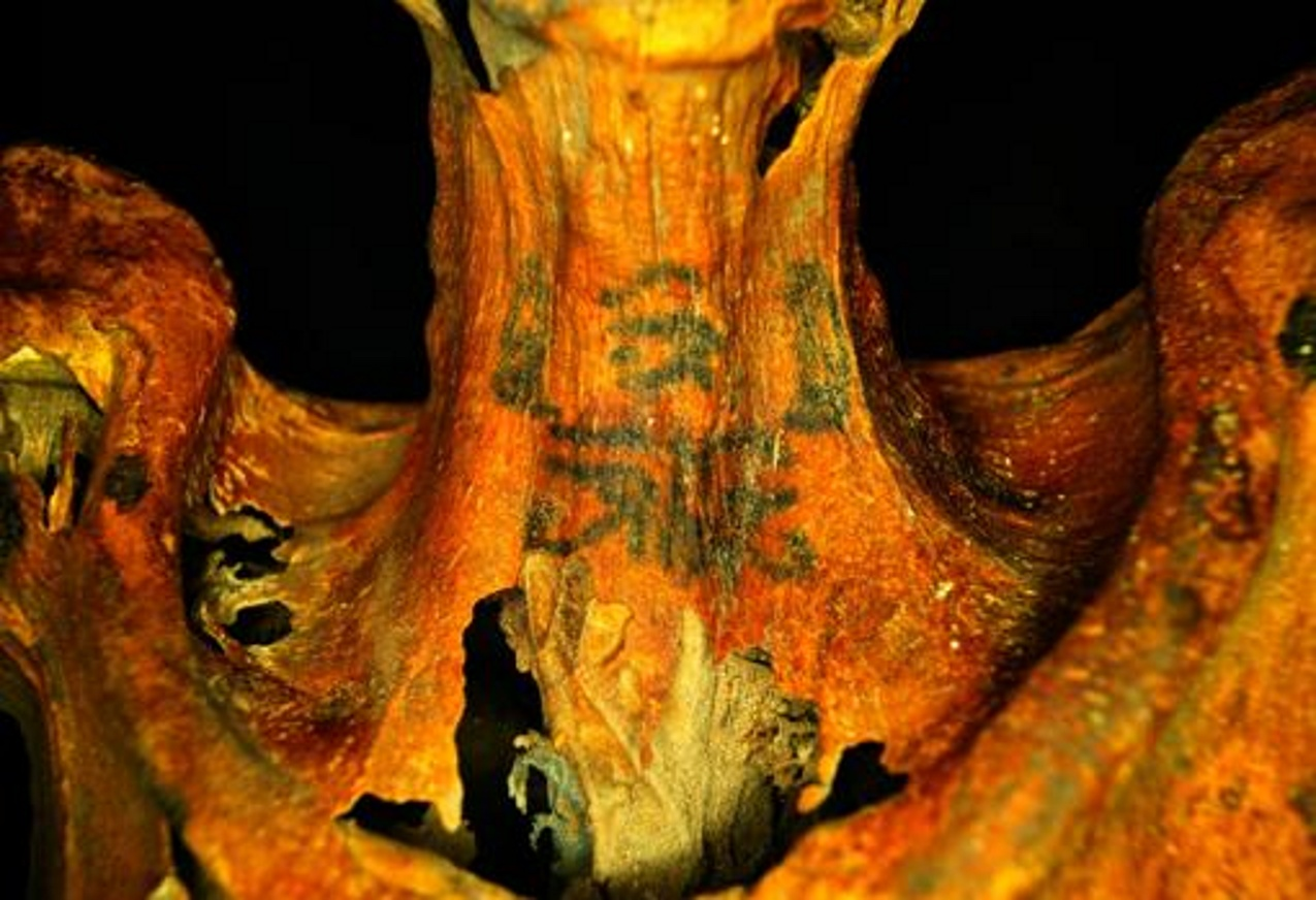 Tatuaggi di 3mila anni fa. Clamorose scoperte su 7 mummie di donne egizie