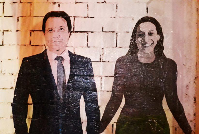 Murale che rappresenta il Premier Conte che tiene per la mano Silvia Romano dopo la sua liberazione