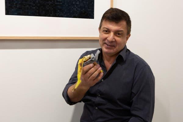 Miami. La banana di Cattelan staccata e divorata. 120 mila dollari mangiati da David Datuna