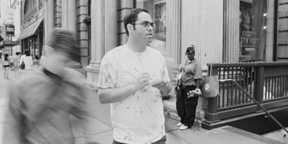 Jason Polan con il suo taccuino in mezzo al traffico umano di New York