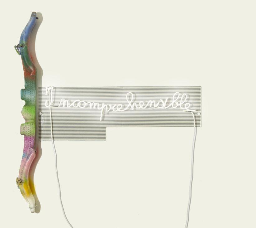 Brigitta Rossetti, Incomprehensible, 2018, Installazione, antico giogo dipinto con smalti, acrilico e bombolette spray, insegna luminosa, tessuto, plexiglass, 160x160x10. Courtesy Bianchi Zardin Contemporary Art
