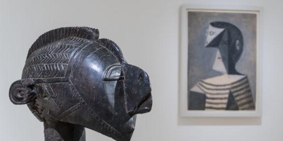 Allestimento_Maschera a spalla D'mba, Baga, Guinea e Busto di uomo in maglia a righe, Picasso, 1939 Crediti fotografici: © Collezione Peggy Guggenheim. Photo Matteo De Fina