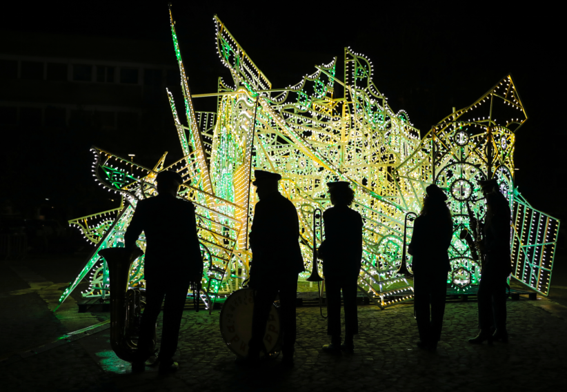 Iginio De Luca, Iailat, 2018-2019, performance - Fabrizio Cicero, Ordine Nuovo, 2019, installazione. L'Inaugurazione, piazza Jan Palach. ©Maria Giovanna Sodero