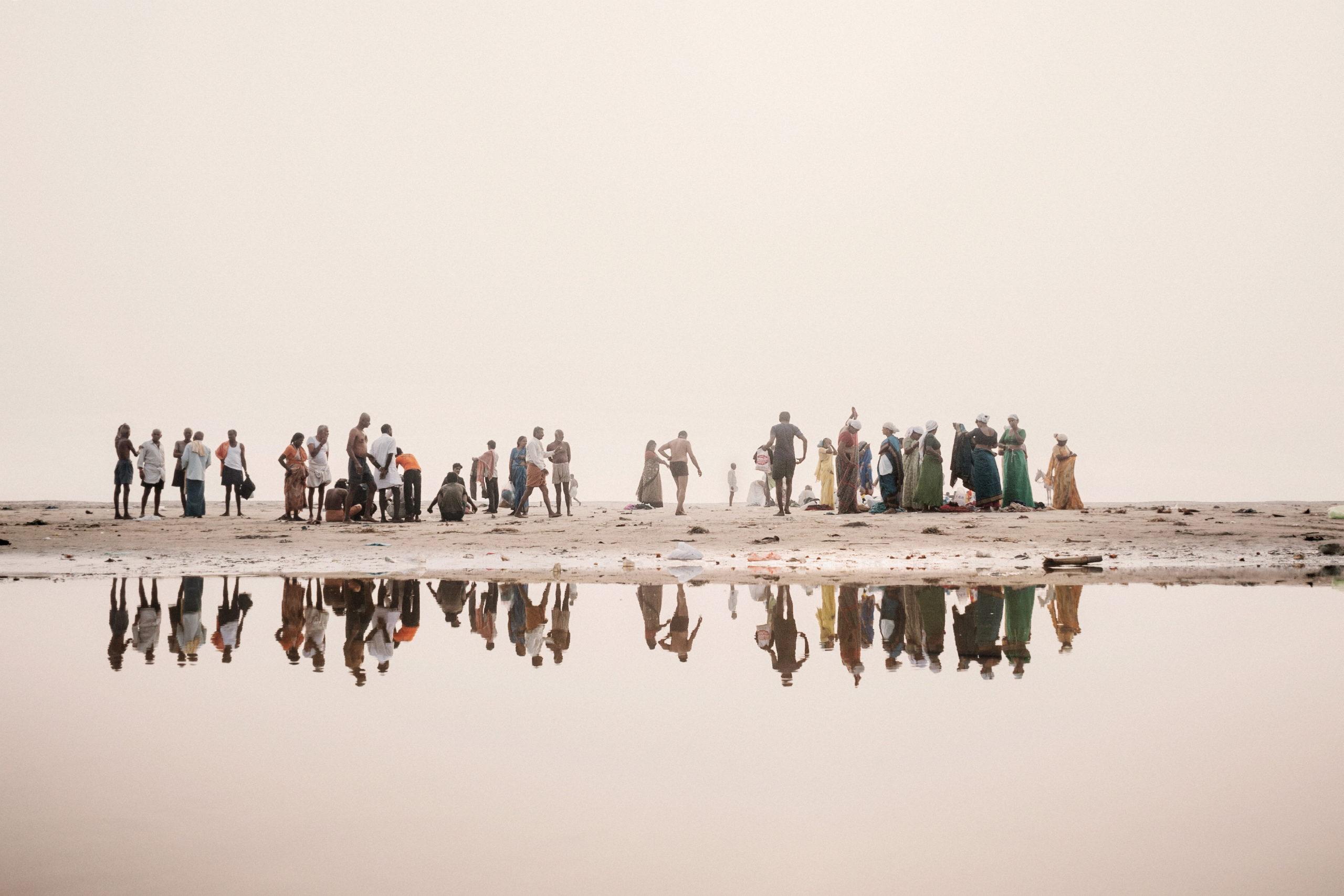 Il sacro fiume Gange sta morendo. Una riflessione fotografica sul disastro ecologico, a Milano