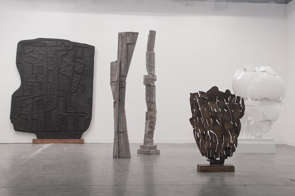 Il peso della leggerezza: la scultura di Luca Monterastelli in mostra a Napoli