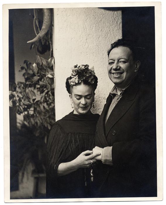 Nickolas Muray, Frida Kahlo and Diego Rivera in Tizapán, 1937 Gelatina ai sali d'argento (stampa da negativo a rovescio) 25,4 x 20,3 cm