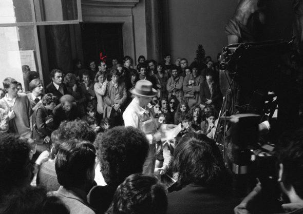 Bruno Ceccobelli fra il pubblico della performance di Joseph Beuys, Roma, Palazzo Braschi, 1981 - Foto Stefano Fontebasso De Martino
