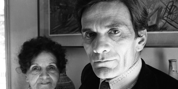 Chiamala Roma. Archivio Becchetti Pier Paolo Pasolini, ritratto nella sua casa a Roma insieme alla madre, 1974