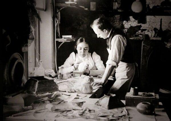 Clara Driscoll nei Tiffany Studios, 1901 ca. Dettaglio di una fotografia conservata al Metropolitan Museum of Art