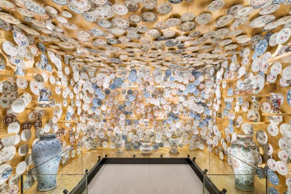 """Immagine della mostra """" The Porcelain Room – Chinese Export Porcelain """" A cura di Jorge Welsh e Luísa Vinhais Fondazione Prada , Milano 30.1 - 28.9.2020 Foto : Delfino Sisto Legnani Courtesy Fondazione Prada"""