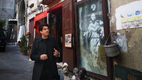 Giovanni Mucciaccia a Napoli, davanti all'opera di Bansky