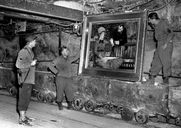 Soldati americani ritrovano un'opera d'arte nascosta nelle miniere durante la Seconda Guerra Mondiale. Courtesy of The National Archives
