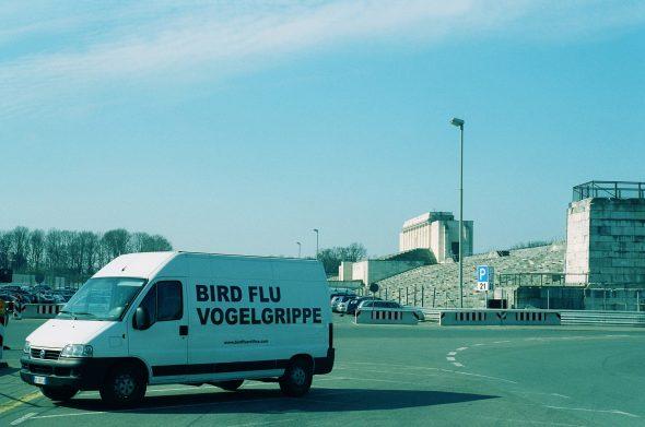 Stefano Cagol, BIRD FLU VOGELGRIPPE, 2006, azione itinerante e stanziale, furgone, suono di canto di uccelli, spille in metallo. Stop presso la Zeppelin Tribune di Norimberga