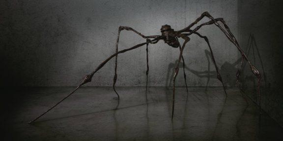 Louise Bourgeois (1911-2010), Spider, numerato e firmato con le iniziali 'L.B. 2/6 1997', bronzo, 326.3 x 756.9 x 706.1 cm. Foto via Christie's