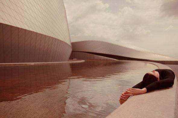 """Anna Di Prospero, dalla serie """"Urban Self-portrait"""" (2010-2015), Untitled, 2015 (Den Bla Planet - Copenhagen, Denmark), stampa inkjet fine art applicata su Di-Bond, 100x67 cm, Ed. di 6 pezzi + 2 P.A - Vincitrice prima edizione"""